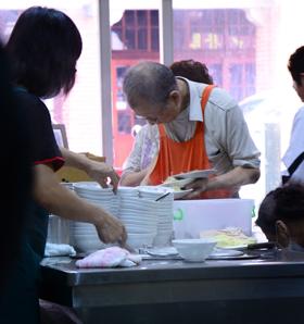 龍山寺でお参りを済ませたら地元の人で賑わう周記肉粥店で朝ごはん
